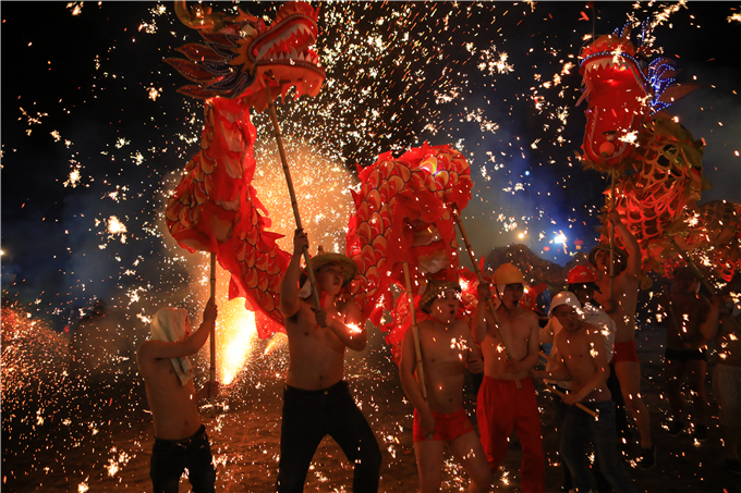 Molten iron fireworks in Yiliang County, Zhaotong