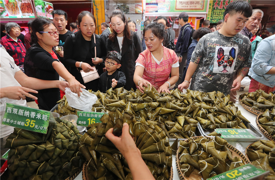 Consumers keep their eyes on Zongzi in the bustling market.