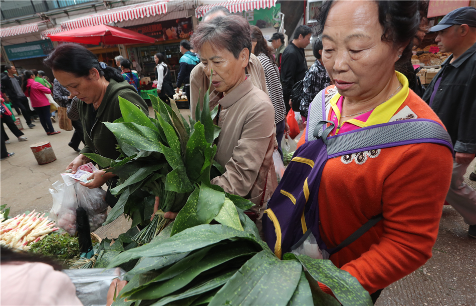 Consumers select leaves to wrap Zongzi.