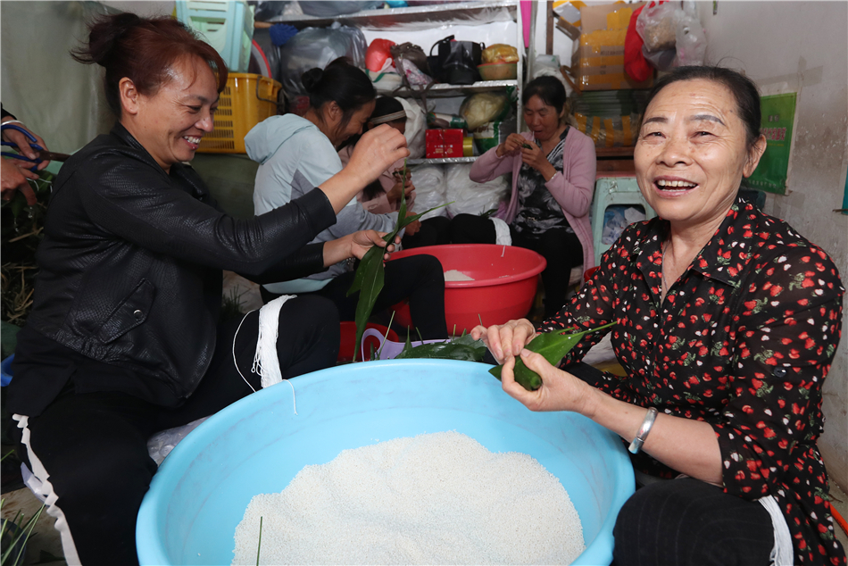 Elder Ladies make Zongzi with smile on their faces.