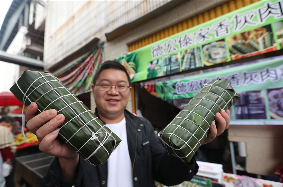 Giant Zongzis from Dehong prefecture, Yunnan province, draw attention of consumers.