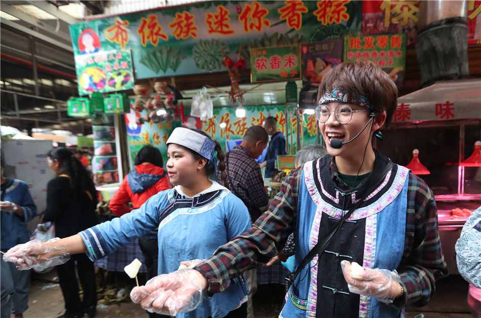Two young vendors promote their Guizhou-style Zongzi to the passerby.
