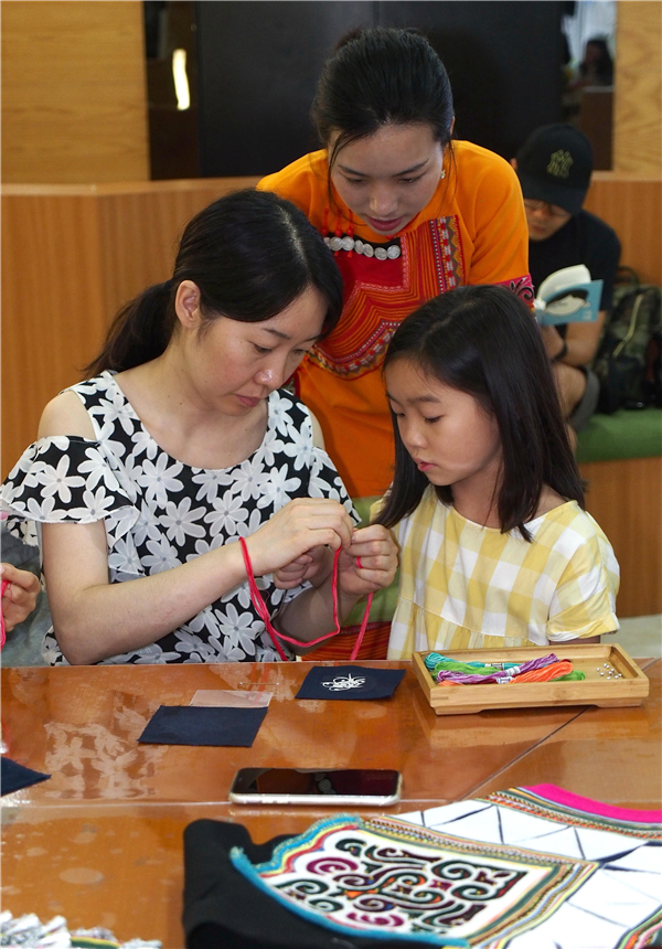 People learn Yi embroidery in Huangmaoling of Yuanyang County, Honghe
