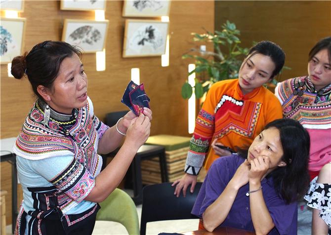 Yi embroidery in Huangmaoling of Yuanyang County, Honghe