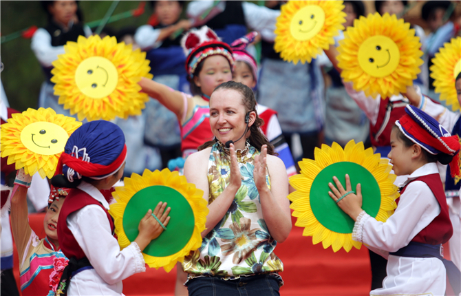 An American girl from the United States joined the Shibao Mountain Song Festivaland sang songs in Bai language
