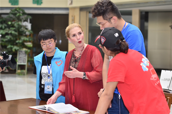 Canadian teacher offers free English courses in Kunming