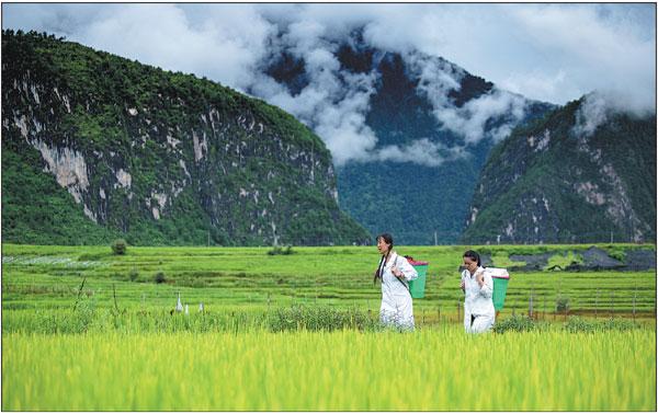 Guan Yanping (left) and Lin Xiang in Bingzhongluo Town, Gongshan County, Nujiang