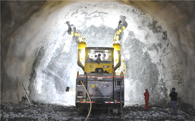 High-geothermal tunnel on China-Laos railway holes through