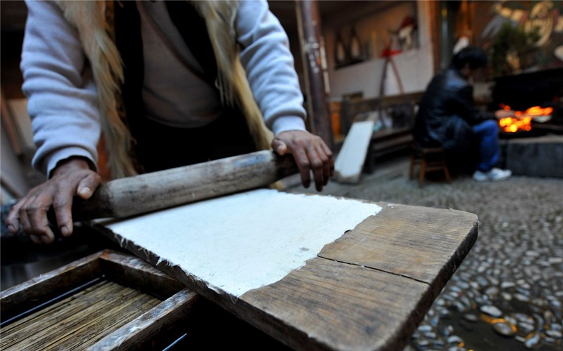 Dongba paper making